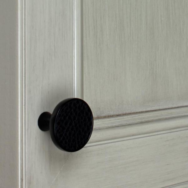Gliderite 1 1 4 In Matte Black Round Leather Cabinet Drawer Knobs 10 Pack 1321 Bkl Mb 10 The Home Depot